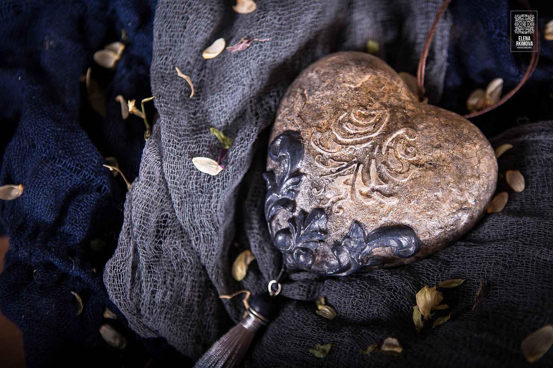 novogodnjaja-igrushka-kamennoe-serdce